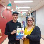 Ole Baumert & Nina Greve von der Kita Piraten-Nest freuen sich über die Kita PRÜF-Plakette